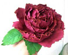 Приглашаю посмотреть и сделать самим цветок из фоамирана. Это будет пион 'Лайм'. Для этого нам понадобится: - фоамиран; - клей момент секундный; - шаблоны; - утюг; - молд для листочков, если есть; - пинцет, чтобы держать лепестки; - краска акриловая или пастель. Приступим. Для шаблонов я еще летом разобрала пион из своего сада, обвела лепестки и вырезала.