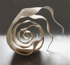 Site de la céramiste Jeanne-Sarah Bellaiche, artisan d'art: création de céramiques contemporaines. Objets, contenants, sculptures en céramique. Inspiration de carapaces, de coquilles, de mues et de dentelles. grès blanc, grès noir et émaux hautes températures.