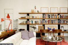 """L'atelier appartement de l'architecte Thomas Fourtane. Avec un sofa """"Tufty Time"""" de Patricia Urquiola pour B Italia, Silvera, une table basse, Caravane, et un kilim marocain."""