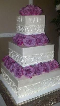 Morado y perlas en esta torta de casamiento vintage cuadrada en blanco.