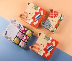 從討喜的角度切入所創造出的品牌招福貓,萌萌可愛的露耳造型,能輕易獲得消費者第一眼的極佳好感,貓咪雙手捧著的圓形小球一方面是產品芝麻餅的象徵,另方面更有圓滿的祝福含義。 Tea Packaging, Packaging Design, Online Portfolio, Graphic Design Illustration, Branding, Cat, Brand Management, Cat Breeds, Design Packaging
