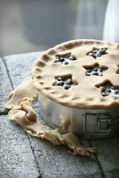 Baking a Buttermilk Blueberry Pie in your country kitchen - sweet Yummy Recipes, Sweet Recipes, Just Desserts, Delicious Desserts, Yummy Food, Dessert Healthy, Pie Dessert, Dessert Recipes, Gula