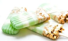 Key Lime Cheesecake Pops Recipe (serves Homemade popsicles are easy to make. Just alternate layers of Key Lime and vanilla with crispy-crushed Golden Grahams™. Key Lime Desserts, Frozen Desserts, Frozen Treats, Just Desserts, Cold Desserts, Mini Desserts, Delicious Desserts, Frozen Yogurt Pops, Pallets