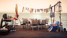 Ensemble de meubles de jardin FALSTER sur un ponton, avec table garnie pour un barbecue