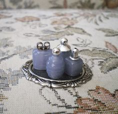Miniature Perfume Bottle, made from glass beads and 2 look like an earring backing. Miniature Bottles, Miniature Rooms, Miniature Crafts, Miniature Furniture, Doll Furniture, Dollhouse Furniture, Miniature Tutorials, Miniature Houses, Diy Dollhouse