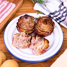 Rose de pomme de terre au lard Discover our elegant rose of potato, bacon and herbs! Bacon Recipes, Potato Recipes, Vegetarian Recipes, Cooking Recipes, Healthy Recipes, Seafood Appetizers, Appetizer Recipes, Lard, Food Videos