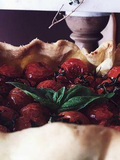 Italian tomato pie recipe: cherry tomatoes galette with balsamic vinegar Vegetarian Italian Recipes, Best Italian Recipes, Gourmet Recipes, Pie Recipes, Dessert Recipes, Basil Recipes, Cherry Recipes, Balsamic Vinegar Recipes, Galette Recipe