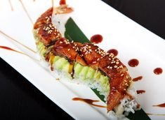 This is beautifully styled. Dragon Roll, Sushi, Rolls, Ethnic Recipes, Beauty, Food, Bread Rolls, Essen, Cosmetology