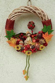 Őszi manókás ajtódísz (Cs.T.) Door Wreaths, Grapevine Wreath, Grape Vines, Christmas Wreaths, 3d Origami, House Design, Holiday Decor, Flowers, Color