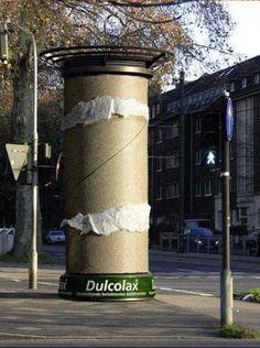 Aunque esta sea una publicidad de un laxante, igual está buena la idea para una intervención urbana c: