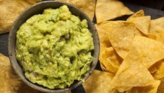 Los totopos con guacamole son uno de los clásicos indiscutibles de la gastronomía mexicana. Consisten en tortillas hechas a base de harina de maíz, que se cortan en forma triangular y se fríen.