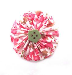 Simple Fabric Flower Yo-Yo (love the button in the center)