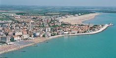 Caorle, con la sua spiaggia pulita e vasta e il mare blu