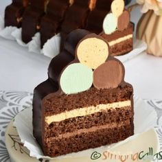 Prajitura Comandor cu ciocolata si frisca - simonacallas Biscuit Cookies, Sandwich Cookies, Oreo Mousse, Snickers Cheesecake, Pastry Shop, Food Themes, Special Recipes, Something Sweet, Dessert Bars