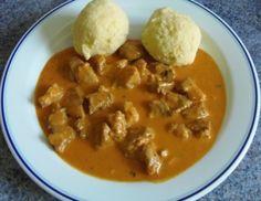 Für Paprika-Rahm-Geschnetzeltes das Fleisch in kleine Stücke schneiden. Zwiebel und Knoblauch fein hacken. In einer Pfanne Butter erhitzen, das