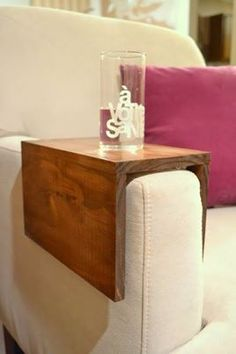 DIY Wooden Couch Sleeve Tutorial Seriously need one or two of these for my living room. I currently have to haul out a tv table anytime I want to sit and sip anything. Bandeja Sofa, Wooden Couch, Diy Casa, Home And Deco, Wooden Diy, Diy Wood, Wooden Decor, Wooden Crafts, Home Organization