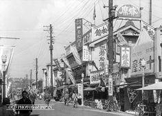 関東大震災後、復旧した 弁天通 り、1930年代の写真。右に十銭屋とあるが、今の100均に相当する店でしょうか?