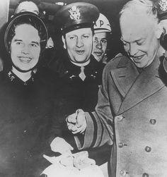 """US-Präsident Eisenhower probiert einen Doughnut, der zum Symbol für das wurde, """"was die Heilsarmee tat, um die Mühsal für die an der Front kämpfenden Männer zu lindern.""""  http://www.heilsarmeemuseum-basel.ch/D/doughnuts.php"""