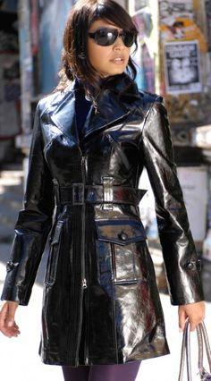 Leder Outfits, Leather Jacket Outfits, Leather Dresses, Long Leather Coat, Leather Trench Coat, Trench Coats, Vinyl Raincoat, Pvc Raincoat, Plastic Raincoat
