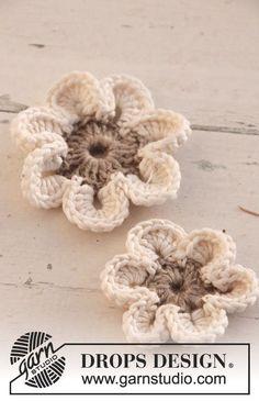 Virkade DROPS blommor i Lin och Muskat. Gratis mönster från DROPS Design.