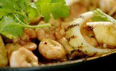 Camarões, lulas e cogumelos à moda asiática: receita de Jamie Oliver - Receitas - Receitas GNT