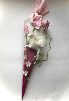 Gefilzte Schultüte mit Pegasus und Blumenwiese. Tüte ist ca.75cm mit Aufbau 105cm.hoch. Pegasus ist nass gefilzt. Verschluss ist von Baumwolle. Schultüte kommt wie abgebildet!! Die...