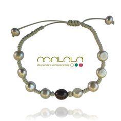#pulsera de hilo de algodón con #perlas grises y negra. 45. . Disponible en tienda online: http://ift.tt/1P6uruh  #bracelet #pearl #accesorios #complementos #DiseñosPropios #especial #fashionblogger #handmadejewel #hechoamanoconamor #instamode #jewelry #joyas #joyasdediseño #joyasunicas #joyeriadeautor #ponteguapa #regalosconencanto #specialgift #natural #personalizado #piedrassemipreciosas #regalo