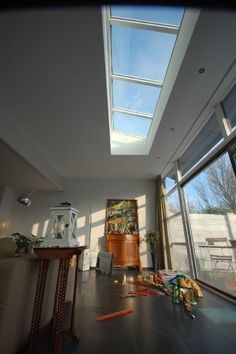 Sunroom as a house extension A contemporary sunroom with a flat roof Ideal when you are limited in height under roof, the concept of Villa . Roof Design, House Design, Kitchen Patio Doors, Extension Veranda, Skylight Design, Banks House, Build My Own House, Rue Verte, Roof Lantern