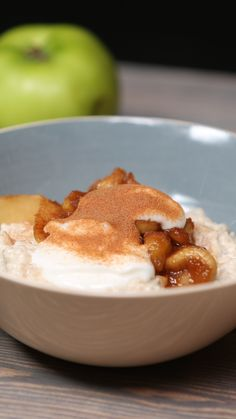 Toffee Apple Porridge Give your mornings a sweet kick-start with this tasty porridge dish Toffee, Tasty Videos, Food Videos, Breakfast Recipes, Dessert Recipes, Healthy Donuts, Cooking Recipes, Healthy Recipes, Healthy Tasty Snacks
