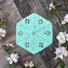 Spring Garden Hexie en stor virkad hexagon med fina små hålmönster av blommor :) Design av In the Yarn Garden