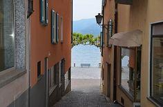 Ascona, Blick durch eine Gasse auf die Piazza und den Lago.