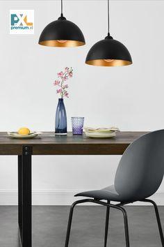 Dekoratívna závesná lampa »Toulon« HT191040 2 ks sada kovová čierna. Táto moderná závesná lampa »Toulon« je vďaka čistým tvarom a výnimočným farbám skvelým doplnkom v ktorejkoľvek časti Vášho domova, či už sa jedná o osvetlenie jedálne, obývačky, pracovne, haly alebo spálne. Ceiling Lights, Lighting, Home Decor, Cluster Pendant Light, Toulon, Decoration Home, Room Decor, Lights, Outdoor Ceiling Lights