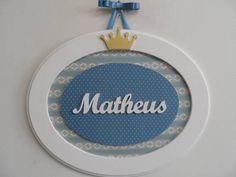 Quadro oval com nome de menino, feito em MDF, pintado com tinta PVA látex. Fundo forrado com tecido de algodão e para pendurar fita de cetim. Pode ser feito na cor que desejar. R$ 81,00
