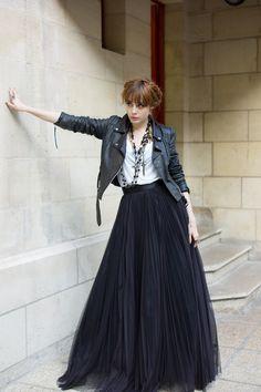 Monochrome | The French blogger Louise Pandora wearing a Tara Jarmon full skirt. #tarajarmon #blackskirt #Tshirt