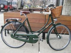 I stopped by Boulevard Bikes in the Logan Square neighborhood to test ride a Pashley Princess Sovereign. Retro Bicycle, Vintage Bicycles, Pashley Bike, Dutch Bike, Bicycle Basket, Biker Chic, Bike Reviews, Bike Style, Electric Bicycle