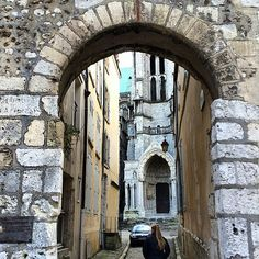 https://flic.kr/p/qPYGHT | @tashfrost__ walking through the narrow streets of Chartres :) #upsticksandgo #chartres #streetscape #history #travelphotos #travellingtheworld #michfrost