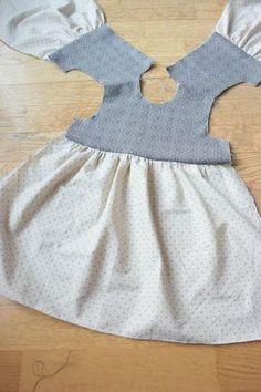 Sy en barnekjole – Mitt Lille Prosjekt - Best Sewing Tips Sewing Baby Clothes, Baby Sewing, Barbie Clothes, Diy Clothes, Baby Dress Patterns, Doll Clothes Patterns, Clothing Patterns, Little Girl Dresses, Vintage Baby Dresses