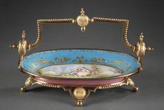 Coupe en porcelaine de Sèvres bleu céleste animé d'une scène galante polychrome