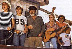 ''Verano azul'' -serie de Televisión Española producida en 1981 y dirigida por Antonio Mercero con música de Carmelo Bernaola-.   ''Los protagonistas de 'Verano Azul' se reencuentran en Nerja 30 años después''. Así, los protagonistas de esta mítica serie se han reencontrado el año pasado en el mismo lugar donde se rodó. Un paseo en bicicleta por las calles de Nerja al son de una musiquilla inolvidable.