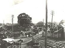 A busy railway crossing in Maitland (year unknown).A♥W