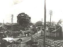 A busy railway crossing in Maitland (year unknown).A♥W