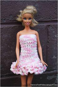 Crochet Amigurumi Dolls Mamma That Makes: Barbie Dress - 3 Row Ruffle Dress Crochet Barbie Patterns, Crochet Doll Dress, Crochet Doll Clothes, Sewing Barbie Clothes, Barbie Clothes Patterns, Doll Dress Patterns, Barbie Et Ken, Free Barbie, Barbie Doll