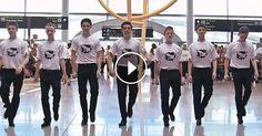 Mosolyt csalt a nézők arcára a produkciójuk: fehér pólós fiatalok lepték meg a reptéren várakozókat