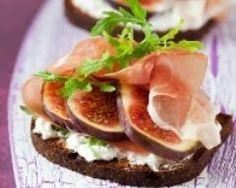 Toasts au fromage frais, jambon cru et figues (facile, rapide) - Une recette CuisineAZ