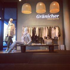 Schöner Concept Store für Frauen in Sursee. Saisonale Kulisse. Gränicher Ladenfläche wie ein Showroom.