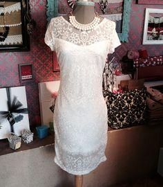 Vestido blanco de encaje, excelente para tu evento formal