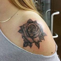 gri gül kadın omuz dövmeleri grey rose woman shoulder tattoos