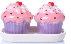 Salt and Pepper shakers - cupcakes in purple , on a white dish: Kitchen & Dining Cupcake Cookie Jar, Cupcake Kitchen Decor, Cozinha Shabby Chic, Western Kitchen Decor, Cupcake Collection, Pink Icing, Love Cupcakes, White Dishes, Salt And Pepper Set