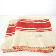 Lekker warm een wollen deken van de koninklijke marine. Www.lovingthatvintage.nl