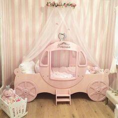 "95 Likes, 16 Comments - By Fefa Caram (@larobe_baby) on Instagram: ""Quartinho de princesa para inspirar #princessbedroom #babybedroom #baby #babytips #babydecor…"""